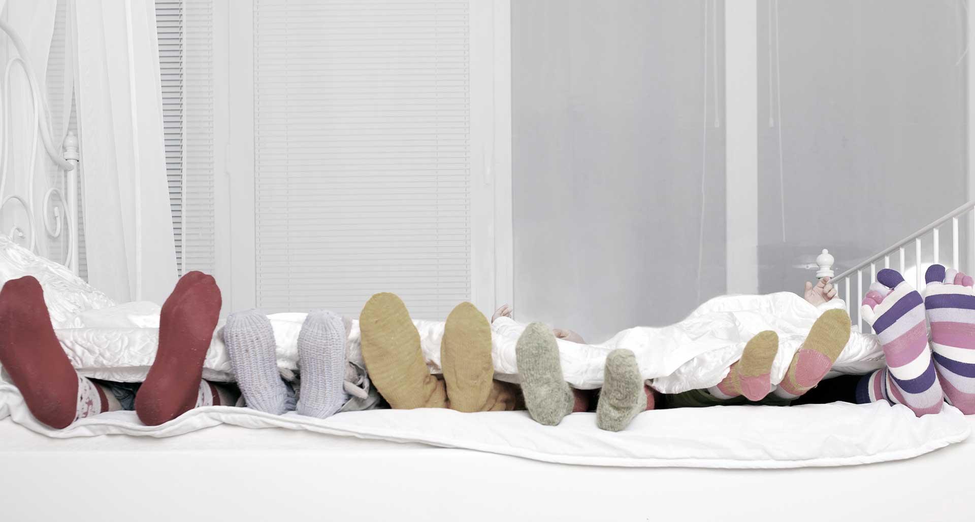 familie_med_stroemper_i_sengen